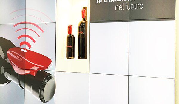 Un collarino super tecnologico che, posto su bottiglie di grande pregio, monitora la vita del vino